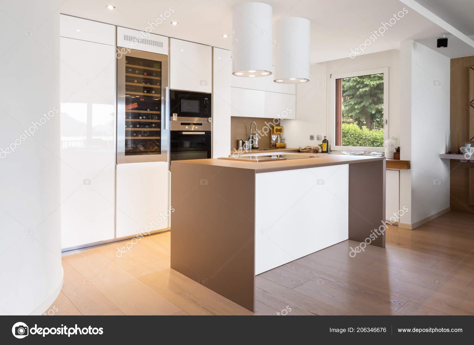 Cucina con isola bianca con cappuccio faretti appartamento moderno