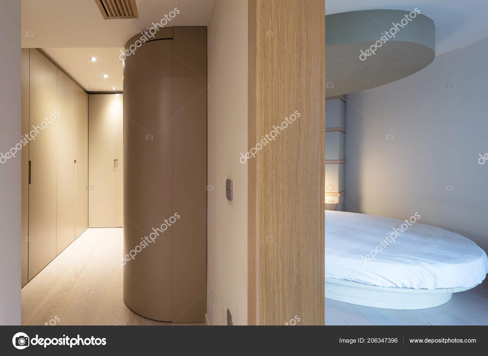 Kleedkamer In Slaapkamer : Slaapkamer met een ronde bed een aangrenzende kleedkamer niemand