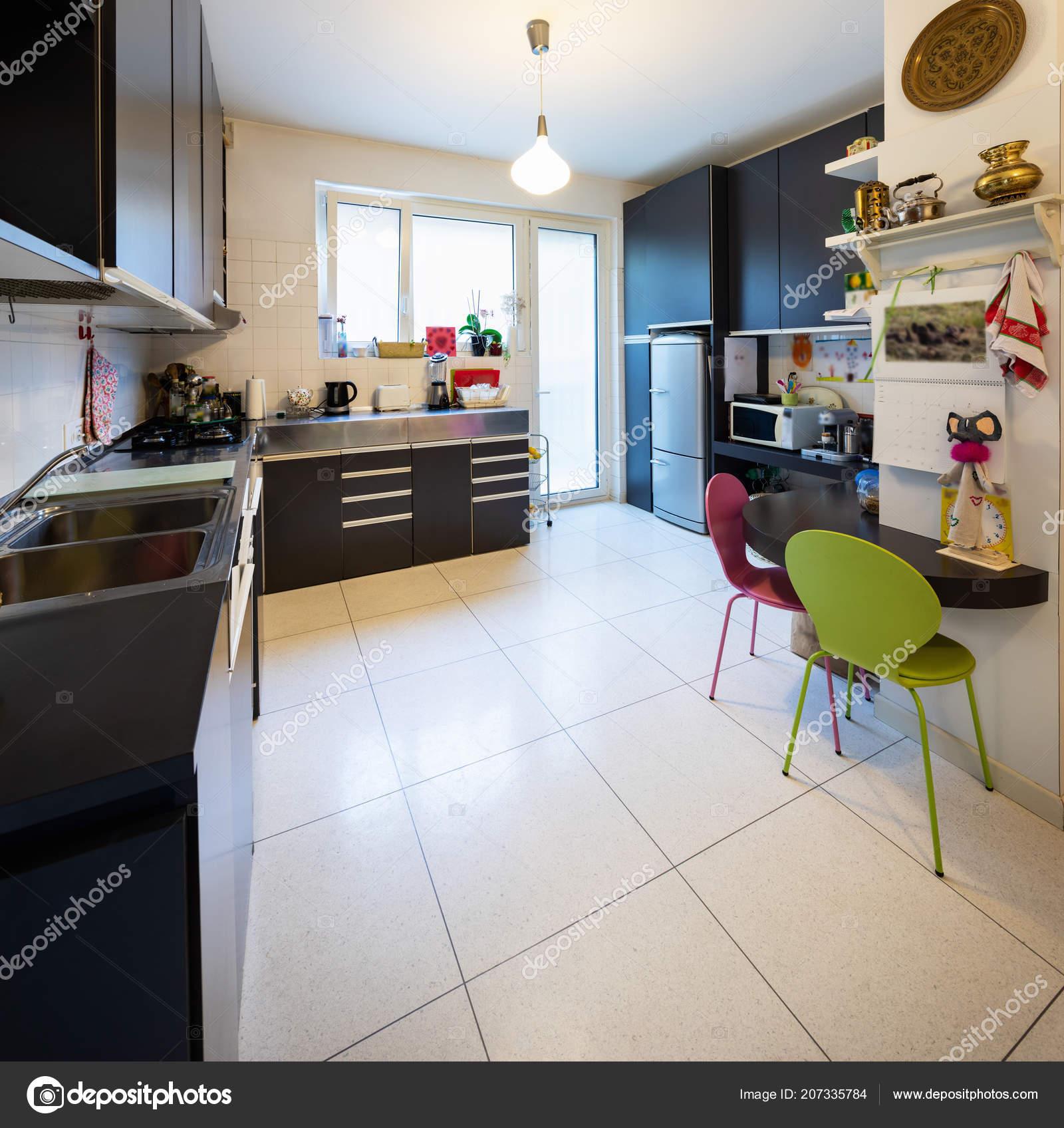 Cocina Con Muebles Oscuros Ventana Brillante Nadie Dentro — Fotos de ...