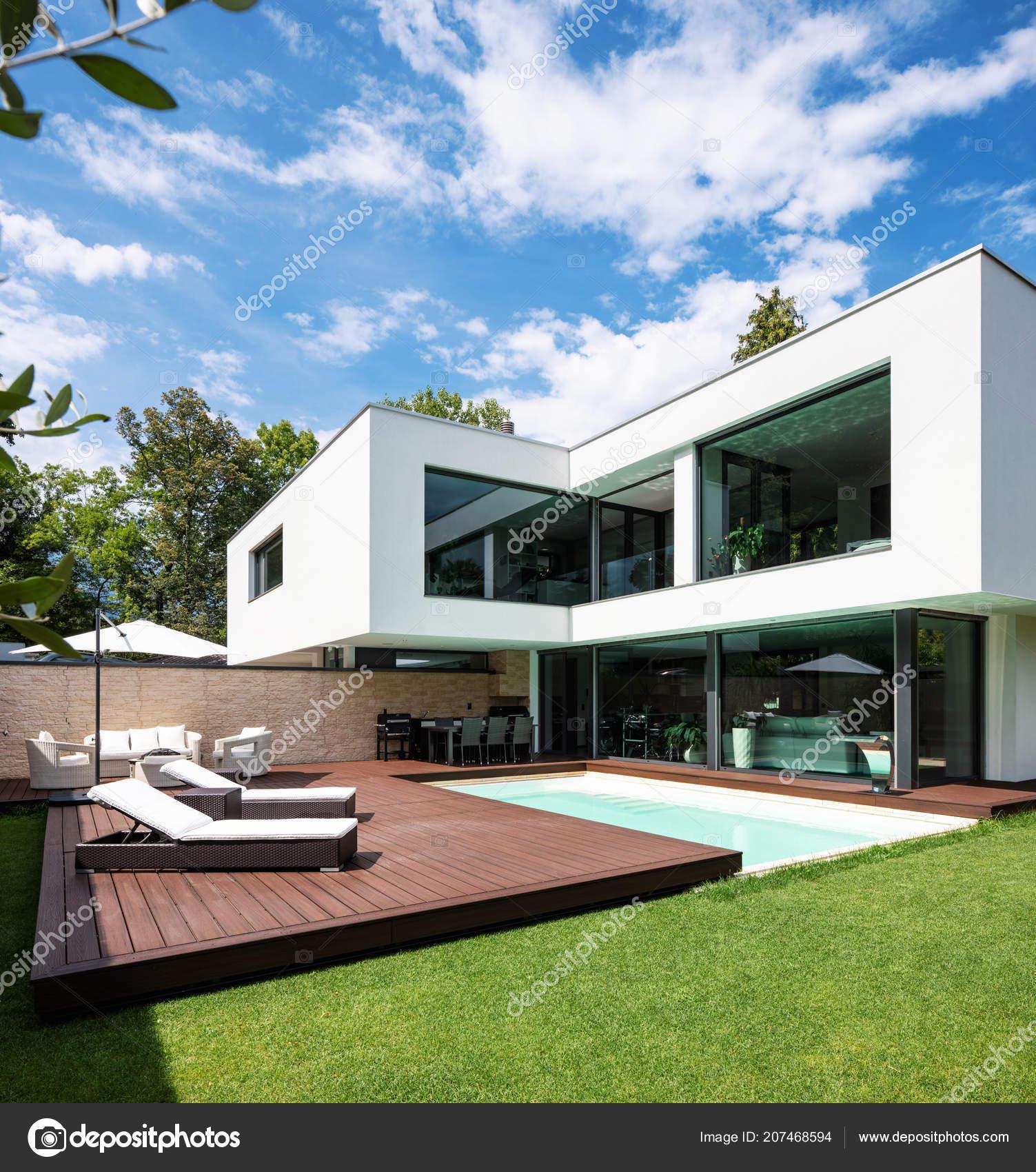Aussere Moderne Weisse Villa Mit Pool Und Garten Niemand Inneren