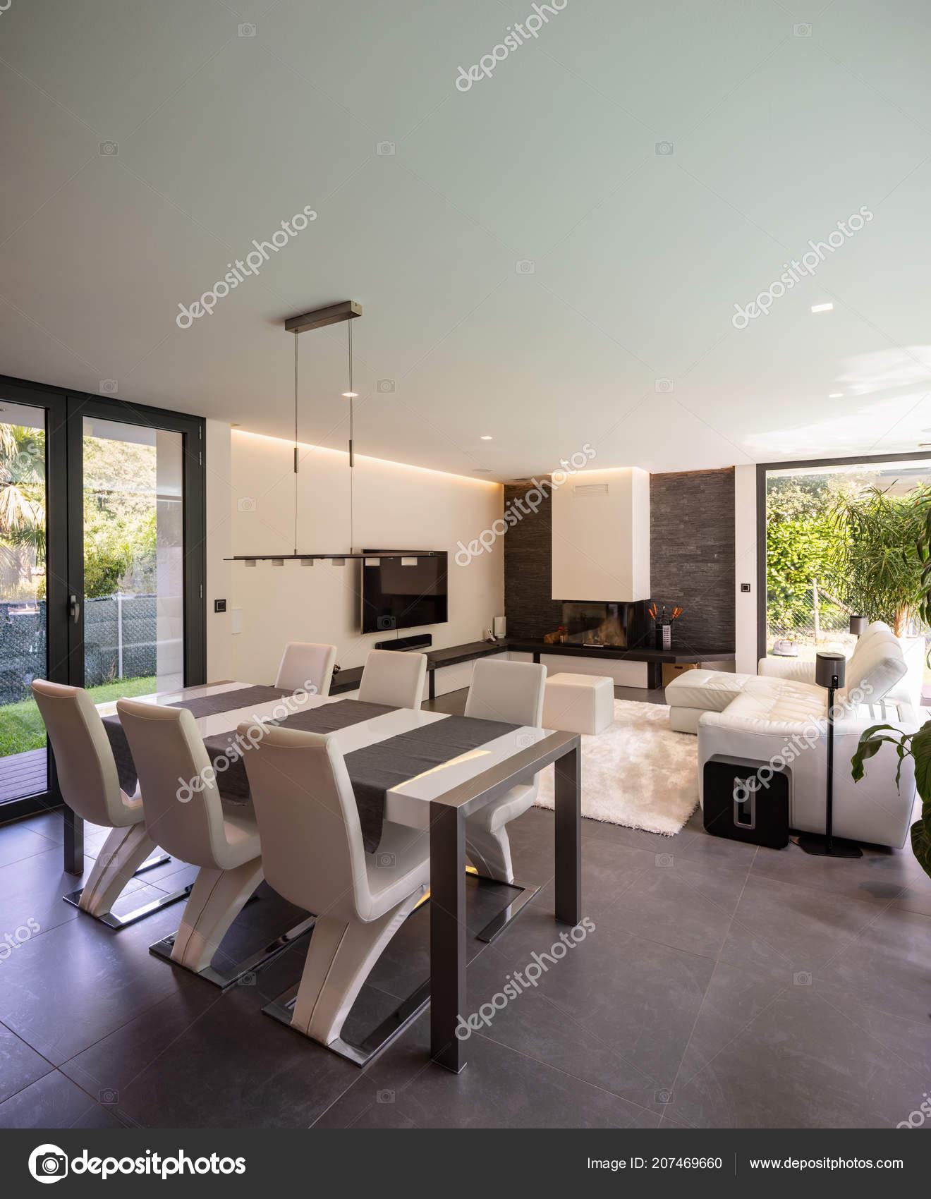 Modernes Wohnzimmer Mit Blick Auf Den Garten Und Den Swimmingpool U2014  Stockfoto
