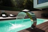 Fotografie Detail der Swimming Pool mit Springbrunnen in modernen Villa. Niemand im Inneren
