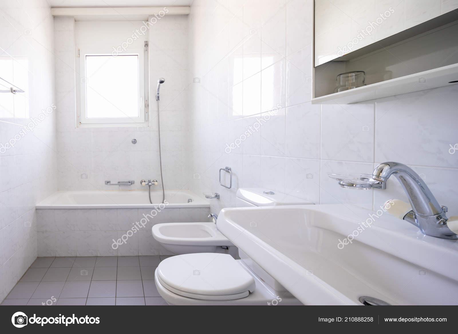 Bagno con piastrelle finestra vintage nessuno all interno u foto