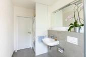 Fotografie Světlé moderní koupelnu s obklady. Nikdo uvnitř