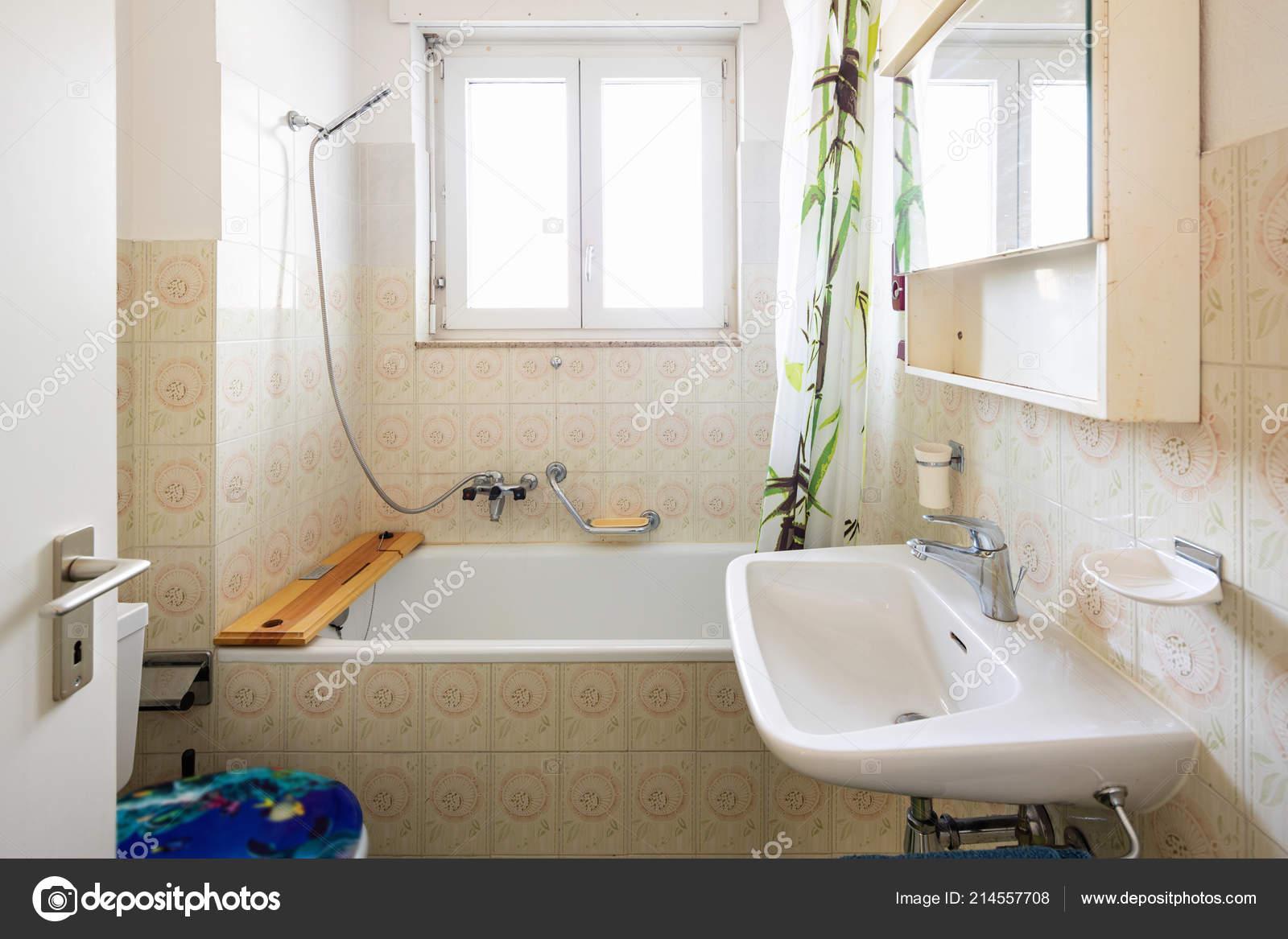 Vintage Badezimmer Mit Grünen Fliesen Und Fenster Niemand ...