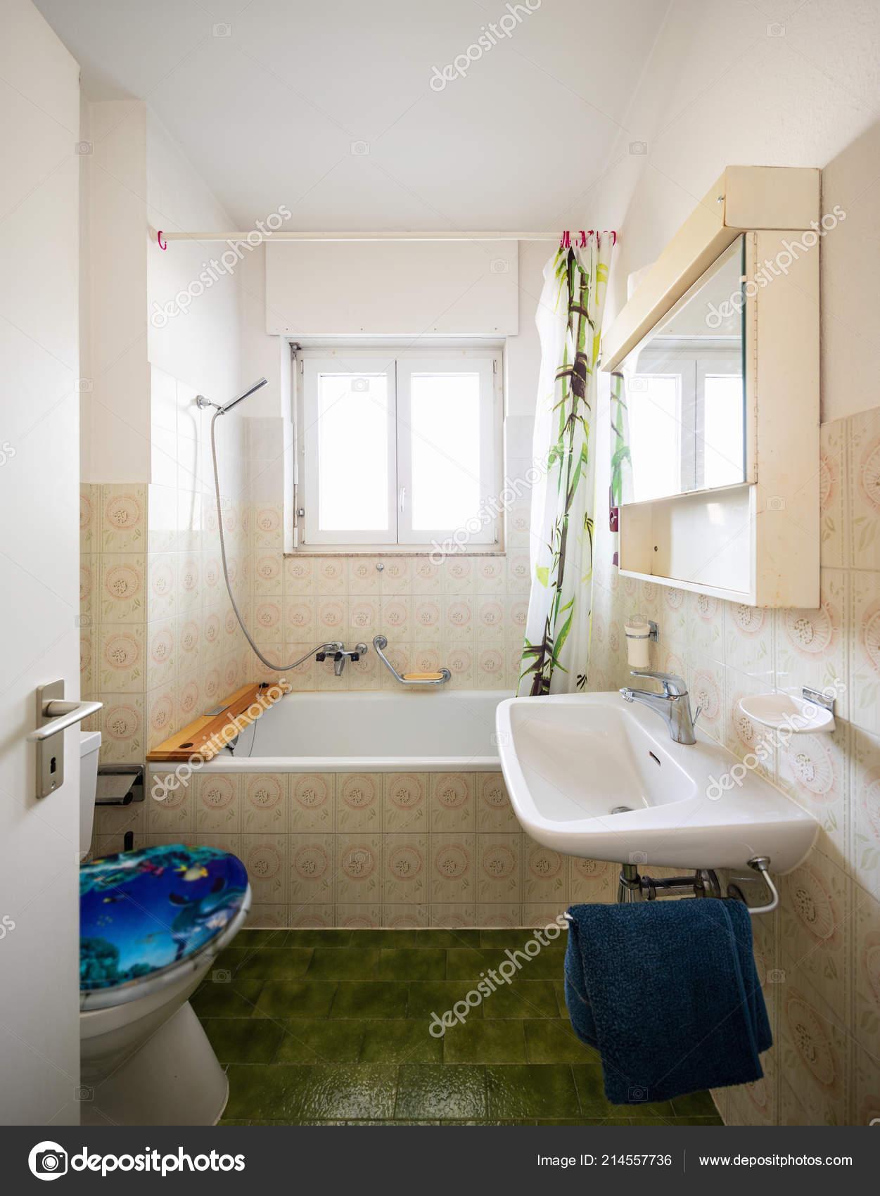 Vintage Badezimmer Mit Grünen Fliesen Und Fenster Niemand Inneren ...