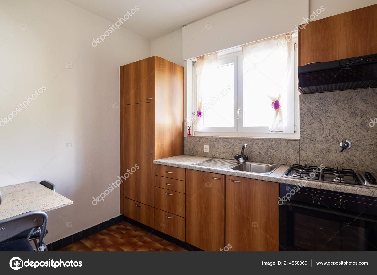 Cucina legno dell annata piastrelle luminosa finestra nessuno all