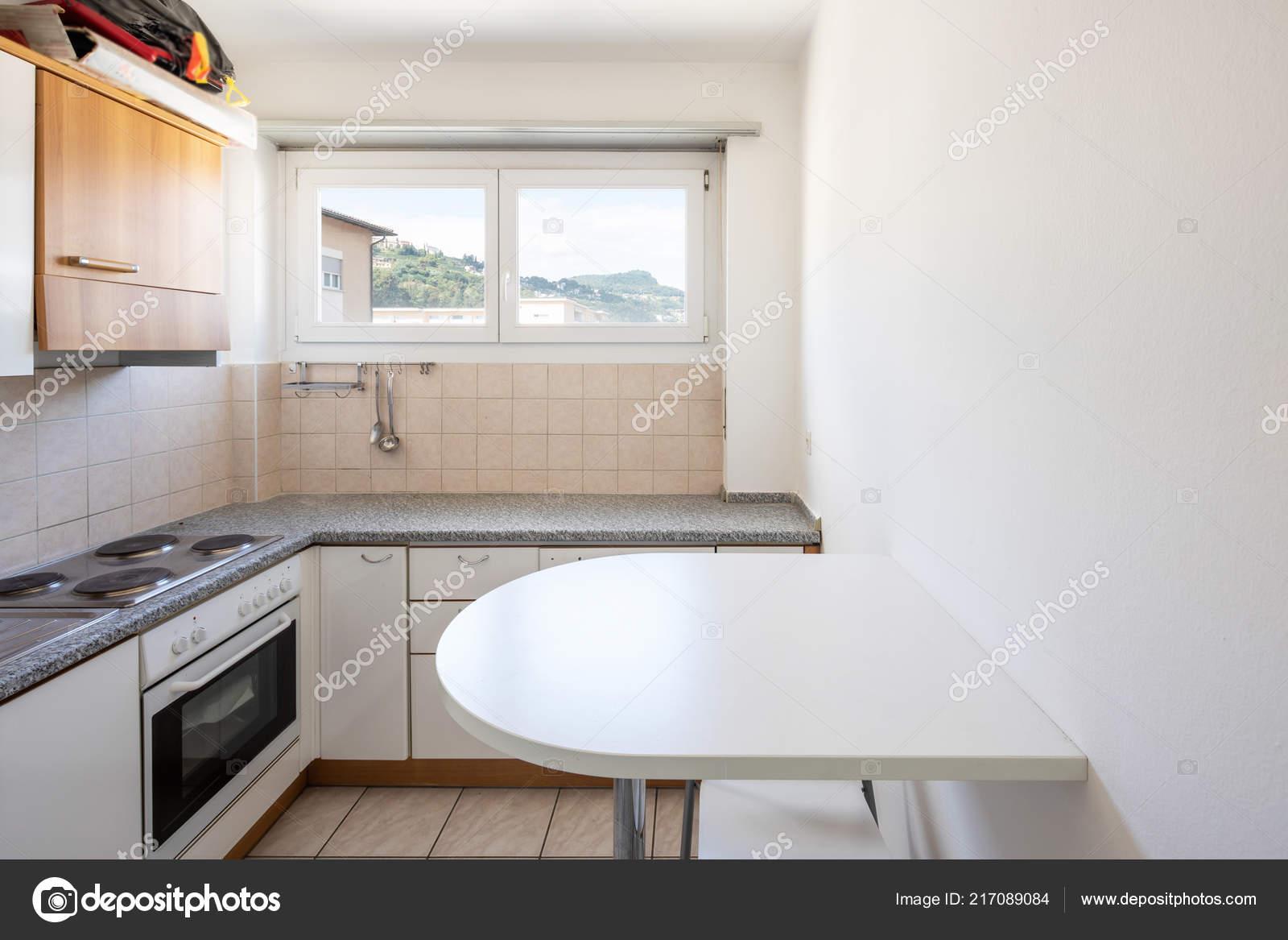 Cucina dell annata con sgabelli finestra sulle colline nessuno all