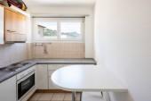 Vintage kuchyně s stolice a oknem na kopcích. Nikdo uvnitř