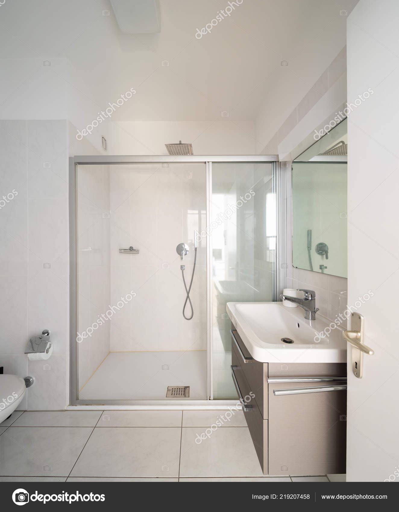 vorderansicht modernes badezimmer mit dusche und waschbecken niemand