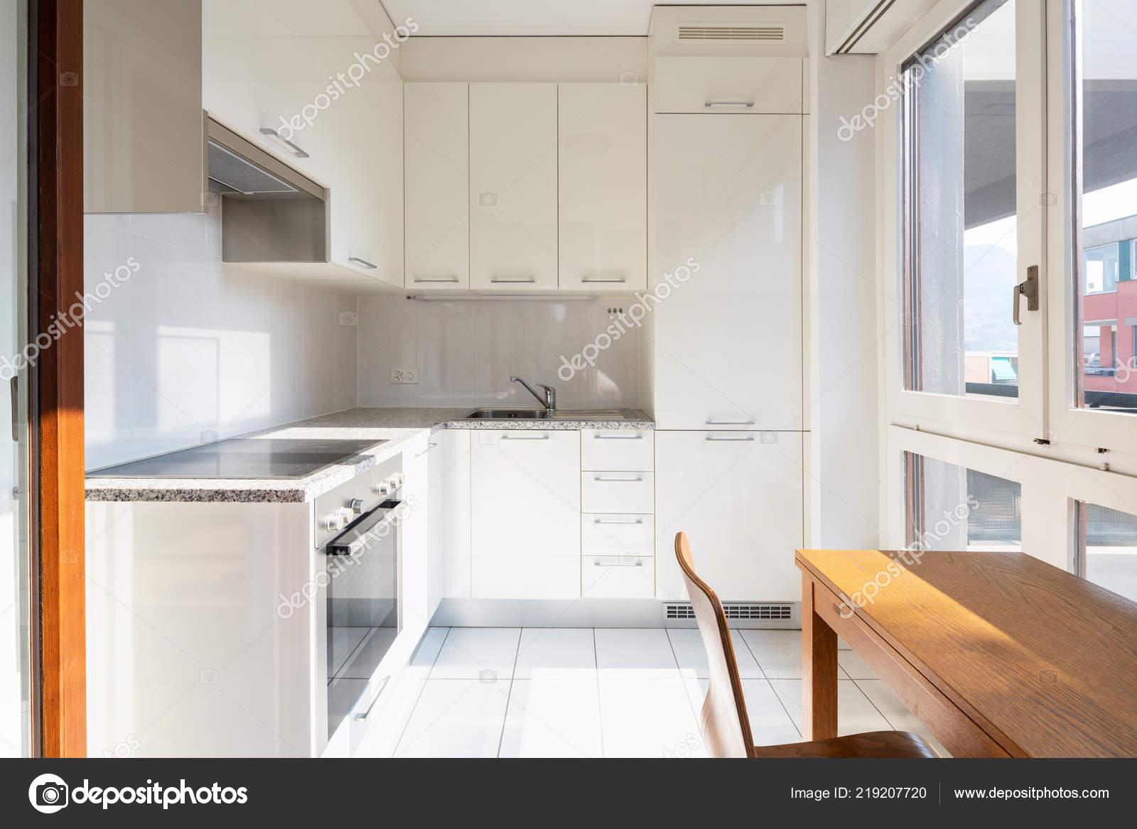 Vorderansicht Modern Eingerichtete Küche Mit Tisch Und ...