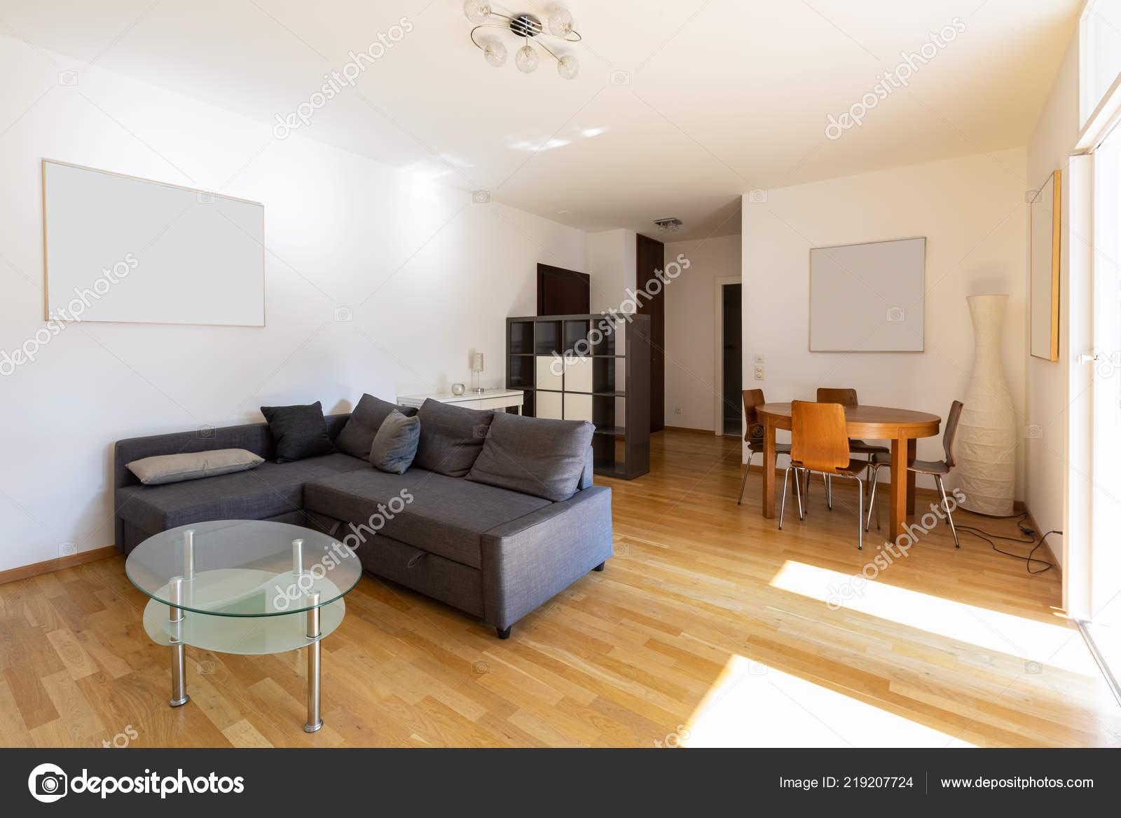 Modernes Wohnzimmer Mit Parkett Und Dunklen Sofa Niemand Inneren ...