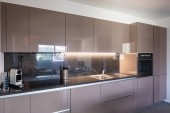 Photo Beautiful modern kitchen with new appliances. Nobody inside