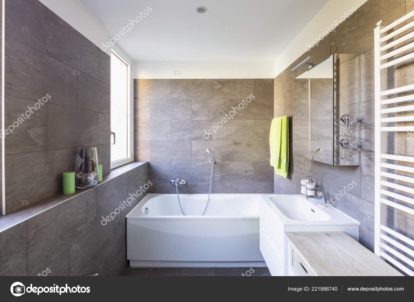 Elegantes Badezimmer Mit Dunklen Fliesen Niemand Inneren — Stockfoto ...