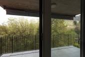 Fotografie Terasa s výhledem na podstatu byt s červeným obvodových stěn. Nikdo uvnitř