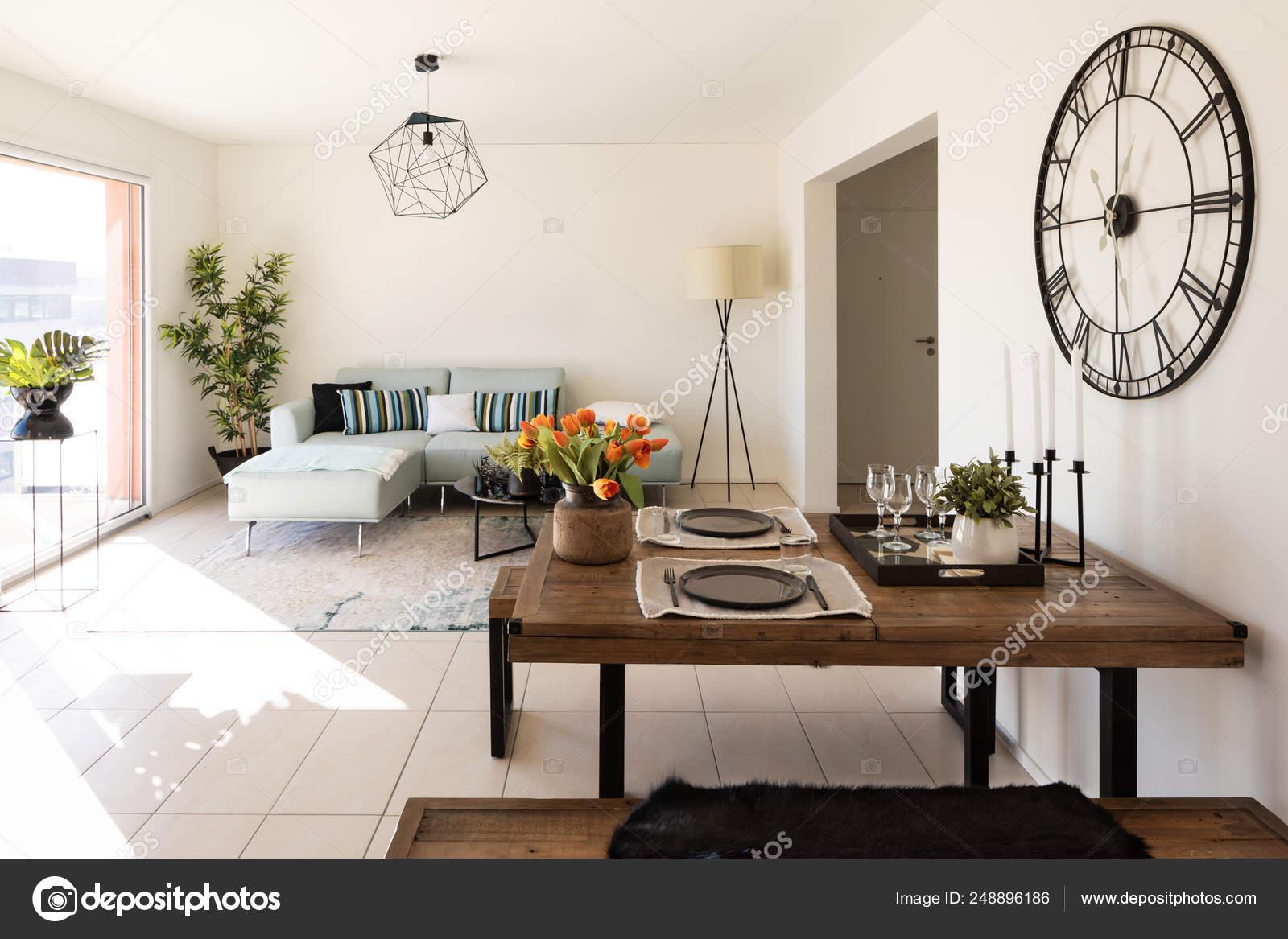Soggiorno Moderno Con Tavolo E Divano.Moderno Salotto Con Tavolino E Divano Di Design Foto