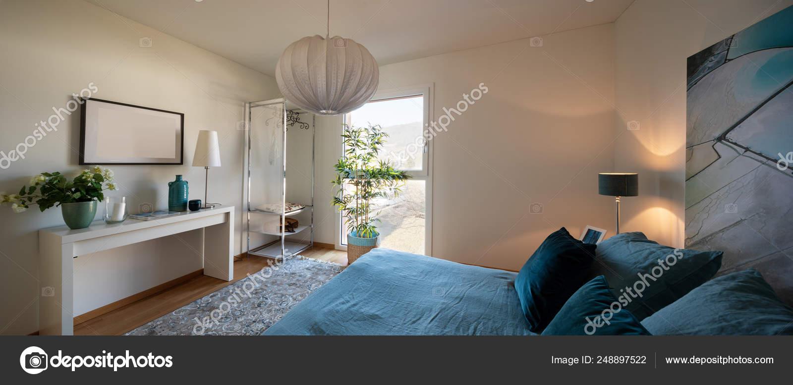 Camera Da Letto Elegante minimalista ed elegante camera da letto, letto con coperte