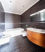 Moderní koupelna s šedými mramorovými dlaždicemi
