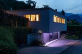 Fotografie Hausaußenseite mit violettem Licht. Nachtbild