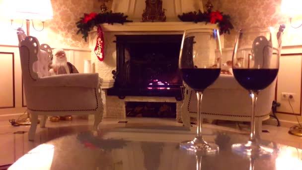 Vánoční interiér. Obývací pokoj domácí interiér zdobený krb a vánoční stromeček