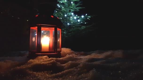 Vánoční červené svítící lucerny zblízka s jehličnatý strom