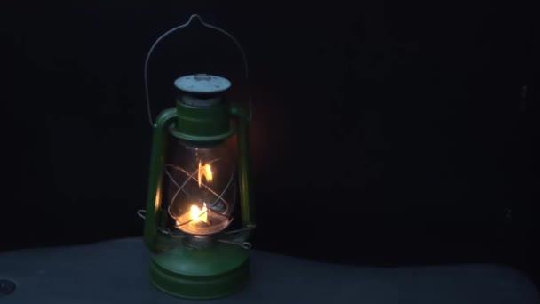 Vintage lámpa éjszaka egy sötét háttér. Közeli kép:.