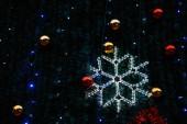 Detailní záběr vánoční ozdoby a sněhová vločka věnec visí na jedle