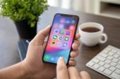 Alušta, Rusko - 30 července 2018: Muž držel iphone X s sociální sítě Messenger na obrazovce. iPhone 10 byla vytvořena a vyvinutý společností Apple inc
