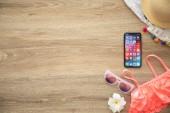 Alušta, Rusko - 26 srpna 2018: iphone X s sociální sítě Messenger na stole dřevěným obrazovky a pozadí. iPhone 10 byla vytvořena a vyvinutý společností Apple inc