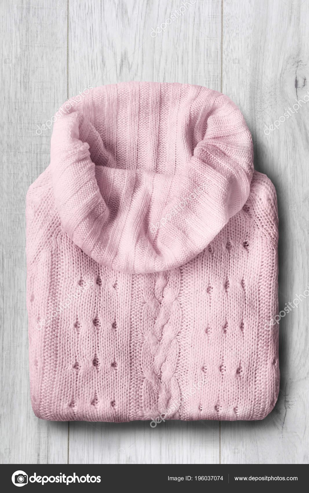 Roze Wollen Trui.Gevouwen Roze Wollen Trui Witte Houten Achtergrond Stockfoto