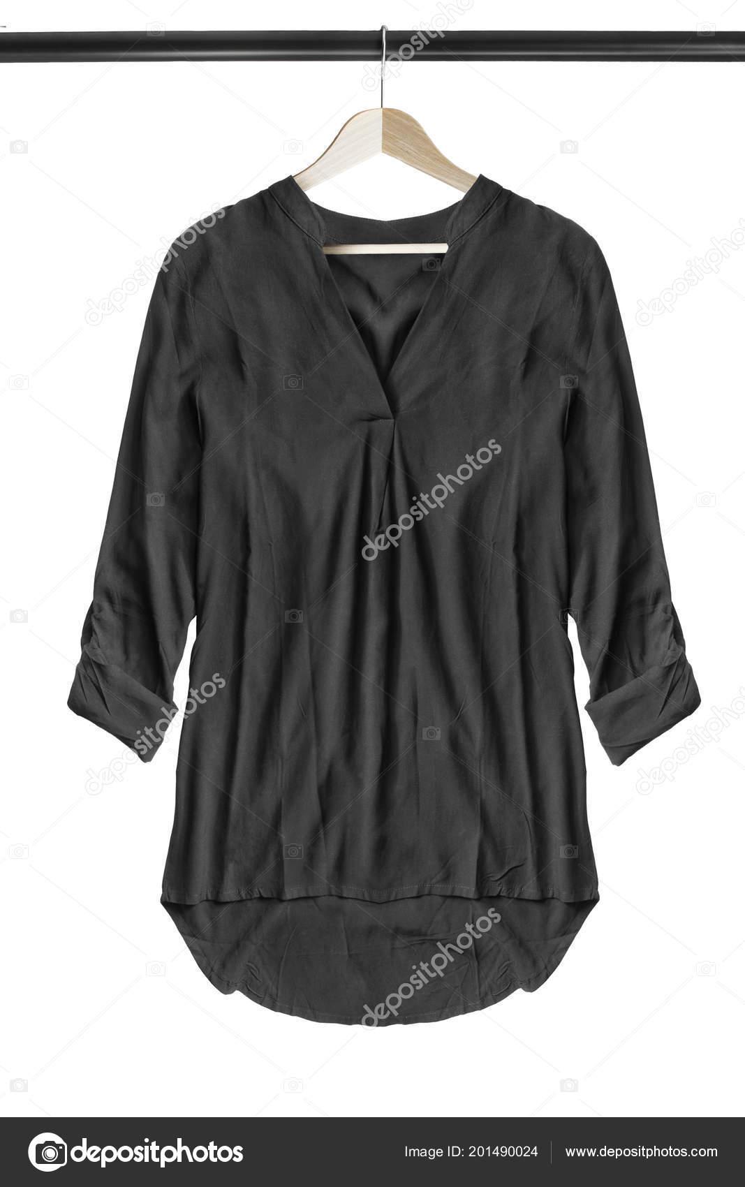 efafde4b83 Negro blusa de gran tamaño seda colgando en el perchero de madera aislada sobre  blanco — Foto de ...