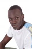 Fotografie Schönen jungen sudanesischen Mann gerade emotionslos Gesicht zur Kamera piercing Blickkontakt im Tshirt, im Hochformat, Textfreiraum isoliert auf weißem Hintergrund. Schriftsatz, arrogant, Befragung