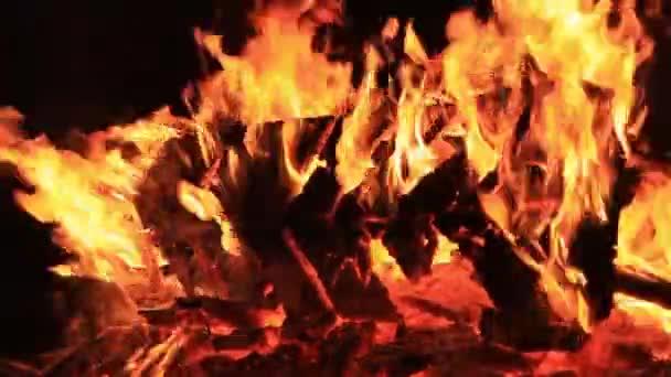 Záběry domácího stylu. Zvuk. Podrobný videozáznam hořící lavičky na piknik s rostoucí intenzitou v těle vody. Letní dovolená zábava nebo úmyslné zničení majetku. Zuřící plameny, intenzivní horko