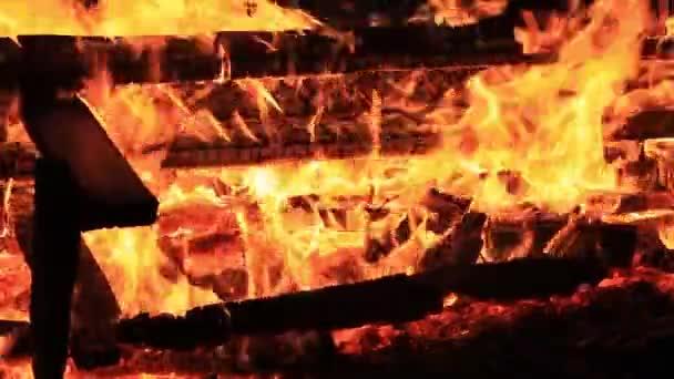 Záběry domácího stylu. Zvuk. Podrobný videozáznam hořícího piknikového stolu s rostoucí intenzitou vody. Letní dovolená zábava nebo úmyslné zničení majetku. Zuřící plameny, intenzivní horko