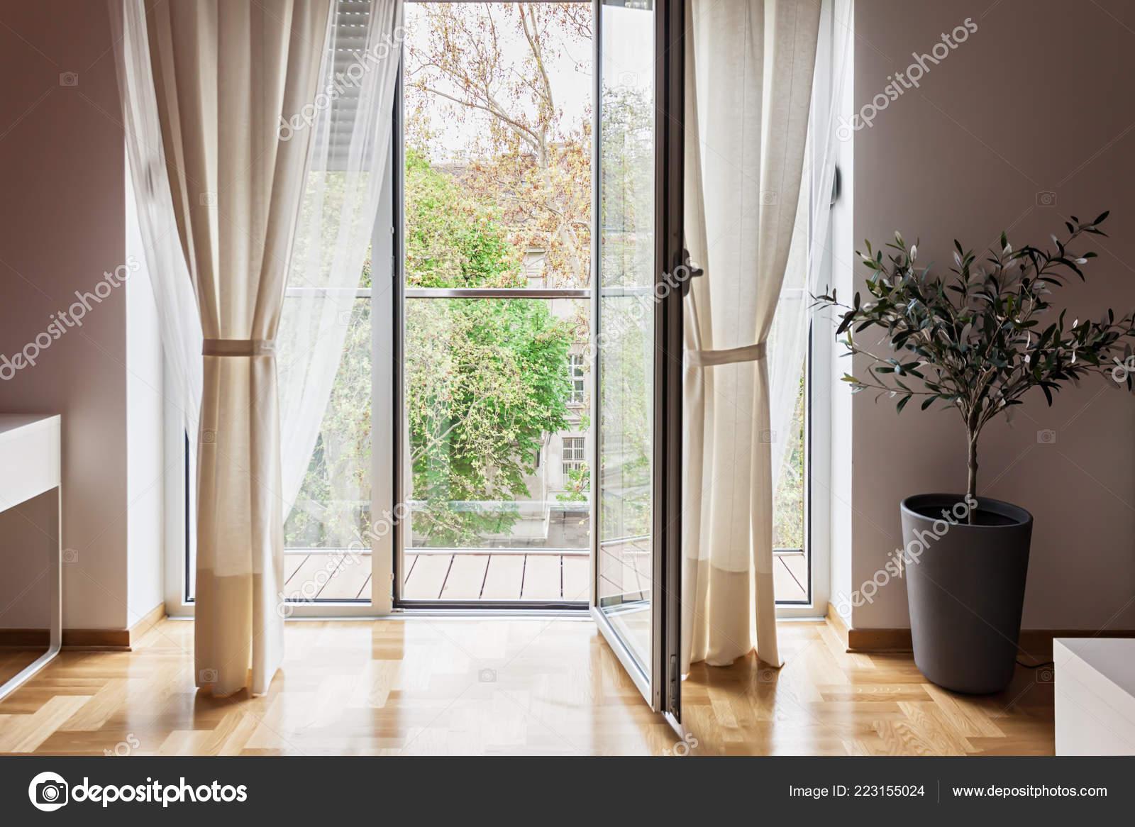 Appartement Moderne Vue Par Porte De Terrasse Ouverte Photographie