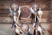 Dreamcatcher talismano indiano tradizionale su fondo di legno