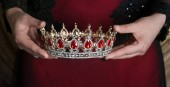 Fotografie Crown with red gemstones in hands