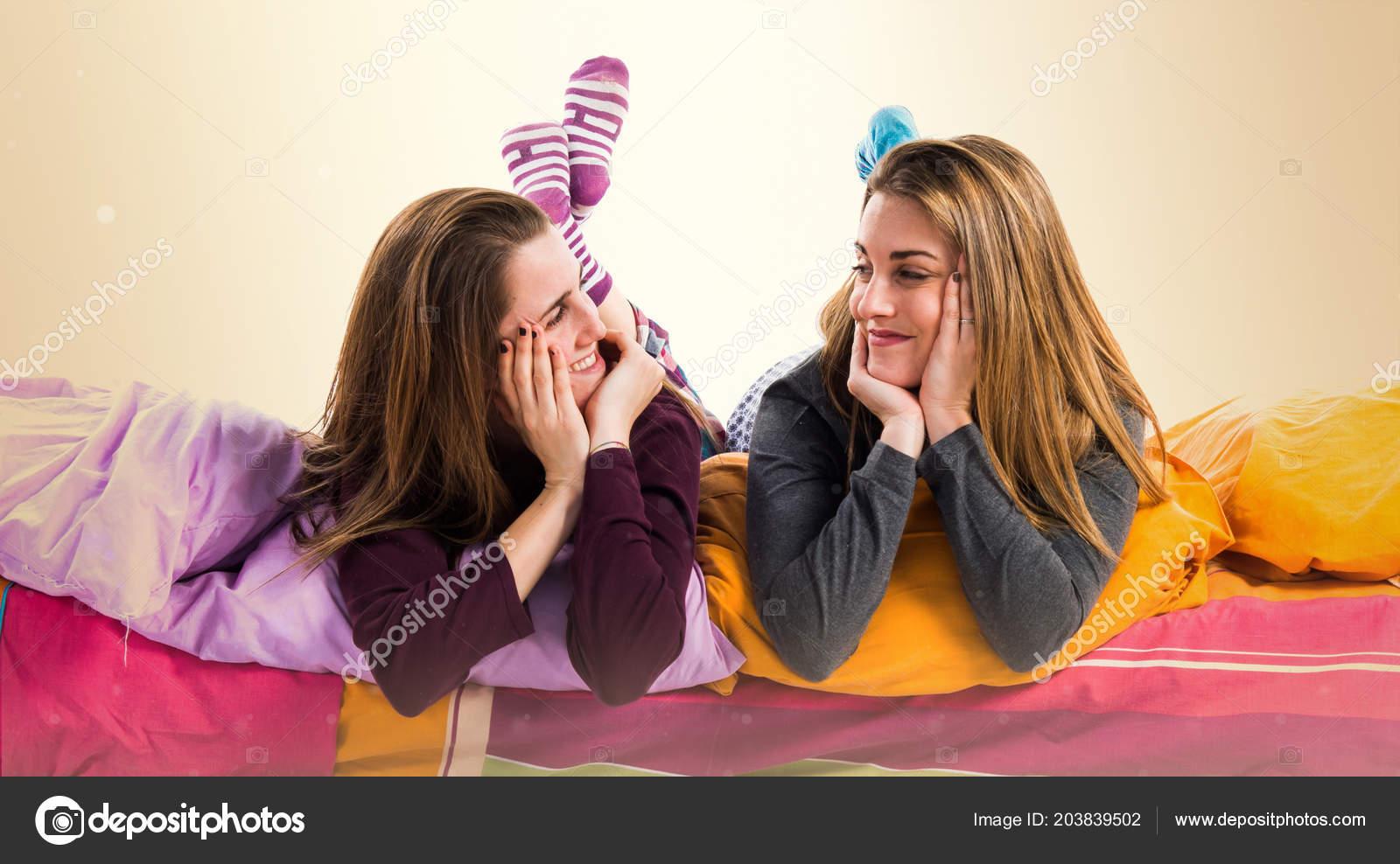 Сестра занимается сексом сестрой лесбиянки, Сестры лесбиянки занимаются сексом в ванной 17 фотография
