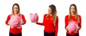 eine glückliche junge blonde Frau hält ein Sparschwein