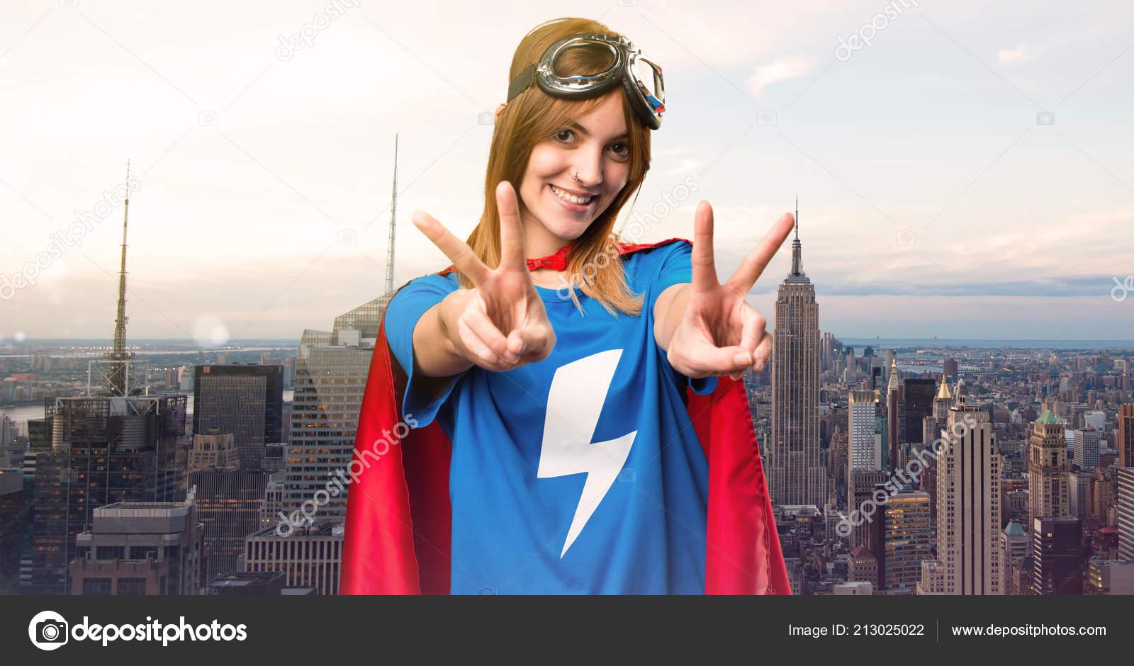 Gesto Super Herói Bonita Garota Fazendo Vitória Uma Cidade Arranha —  Fotografia de Stock dc7fc37563a15