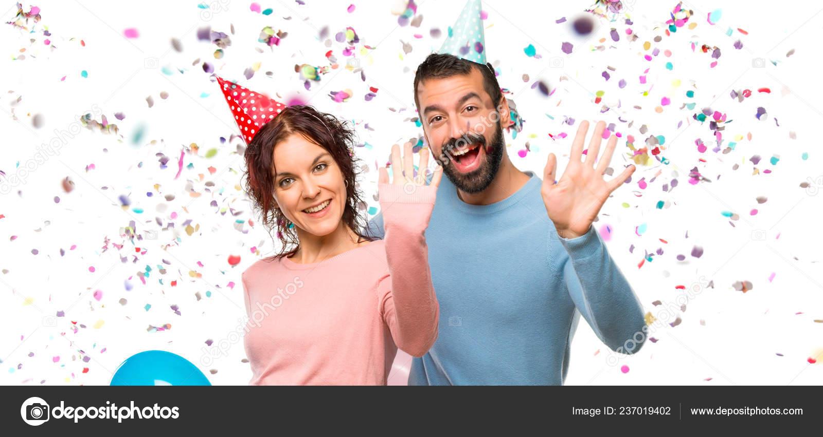 Pareja Con Globos Sombreros Cumpleaños Saludando Con Mano Con Expresión —  Fotos de Stock 5dd438728ad