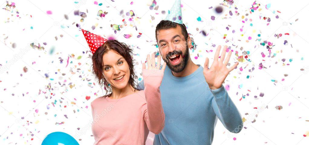 Pareja Con Globos Sombreros Cumpleaños Saludando Con Mano Con Expresión —  Fotos de Stock © luismolinero  237019402 261029f0713