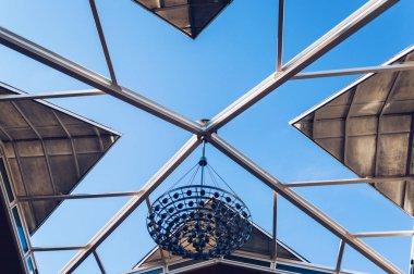 Sliding ceiling of triangular shape