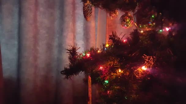 Vánoční strom s ozdobami a světla boční pohled