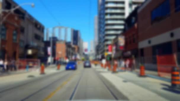 Driving Downtown City Street a Blur Effect. Driver Point of View POV a városi út a magas épületek és felhőkarcolók.