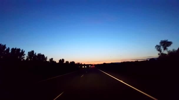 Jízda ranní dálnice s světlem na obzoru. Bod pohledu na řidiče POV mezistátní jízdy brzy ráno. Dálnice, rychlostní silnice nebo dálnice.