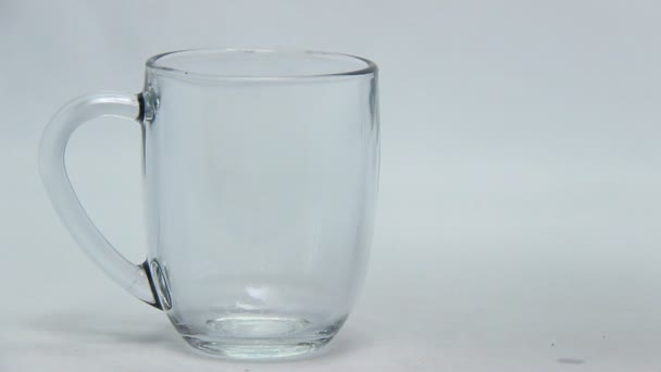 ásványvíz festékfolyadékkal kevert pohárban. a vizet ételszínezékkel vagy süteményekkel keverő kísérletek