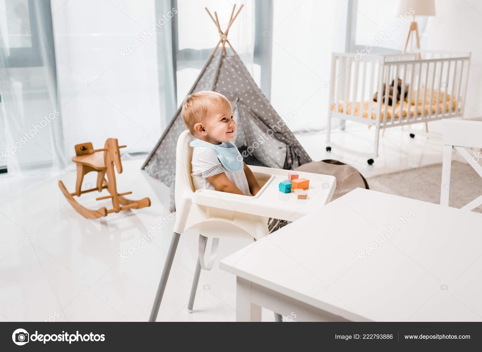 Kinderstoel Voor Peuters.Gelukkig Peuter Zit Kinderstoel Kwekerij Kamer Met Speelgoed