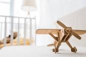 Fotografie Retro dřevěná hračka letadlo na pohovce v dětskej pokoj