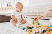 roztomilé batole hraje s barevné kostky v dětskej pokoj
